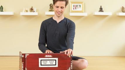 Moritz Ulrich bringt Yogis Harmonium spielen Online bei!