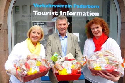 von links: Cornelia Müller (Inhaberin der Fleischerei Müller),  Dieter Honervogt (Vorsitzender des Verkehrsvereins Paderborn), Regina Peters (Inhaberin von Klokes Backkunst)