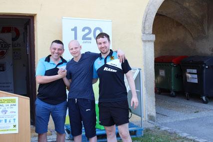 Albert Wilder und Martin Kinslechner begrüßten Dominik Tarmann als Bundesligaspieler in Sierndorf und nahmen ihn gleich in die Mitte.