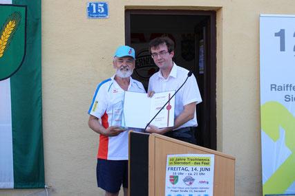 Conrad Miller ehrte Helmut Faltinger vom ASVÖ NÖ aus.