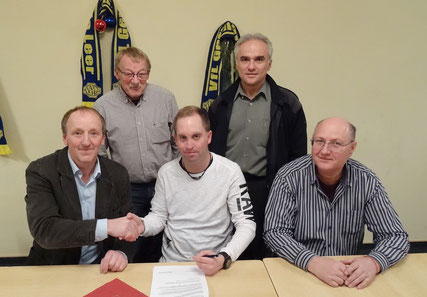 Von links: Germania-Vorsitzender Reiner Siemermann, VfL-Geschäftsführer Josef Karbach, Michael Zuidema, stv. VfL-Vorsitzender Ferhat Özdemir und Dragan Brala bei der Vertragsunterzeichnung.