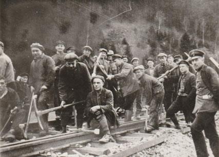 Gleisbau auf der legendären Innerstetalbahn (Langelsheim - Altenau) im Jahre 1931 / Ganz rechts (in Uniform) ist Adolf Bremer zu sehen, der Uronkel von der heutigen Buchautorin Ingrid Lader