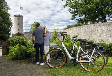 Fahrradfahrer vor der Sparrenburg © Teutoburger Wald Tourismus, Themenmanagement Radfahren, R. Lang