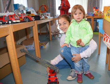 v.l. Joanna und Maditas Interesse lag auf Spielzeugautos.