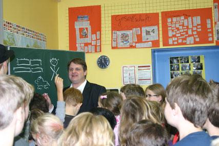 Landtagsabgeordneter Witzel diskutiert mit Grundschulkindern über Geld, Werte und Wirtschaft.