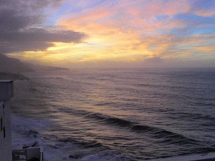 Blick vom Wohnbereich  direkt auf das Meer mit seiner Farbenvielfalt.