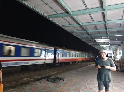 Warten auf den Zug in Nha Trang