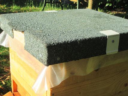 Deckel mit Dachpappe und Aluwinkeln für die Gurte, die sonst in die Pappe schneiden würden. Über dem Deckelflugloch stehen das Brettchen und die Dachpappe leicht über.