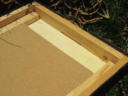 Deckel (Innenansicht): Im Bereich des Deckelfluglochs ist die Isolierung entnommen.