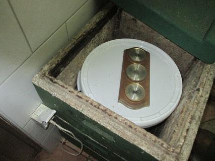 Alte Kunststoffzargen dienen bei uns aufgrund ihrer guten Isolierung sowohl als Dampfwachsschmelzer als auch wie hier als Wärmeschrank zur Honigerweichung.