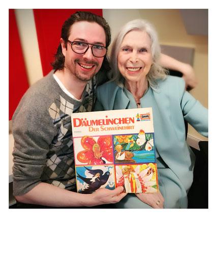 Marc und Dagmar von Kurmin: Sie halten die Märchen-LP in der Hand, mit der alles begonnen hat. (Foto: Titania Medien).