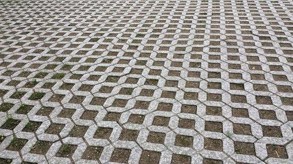 Rasengitterpflaster hat in erster Linie praktische Gründe, sorgt aber dafür, dass statt einer sonst versiegelten Fläche eine sickerfähige zur Ableitung von Regenwasser wird, die auch noch grün ist.