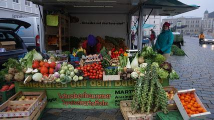 Marktstand im Oktober mit unserer Verkäuferin Theresia