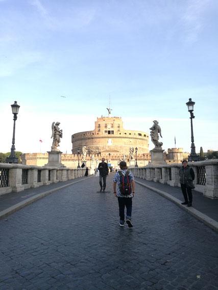 Auf dem Weg zum Petersdom an der Engelsburg vorbei