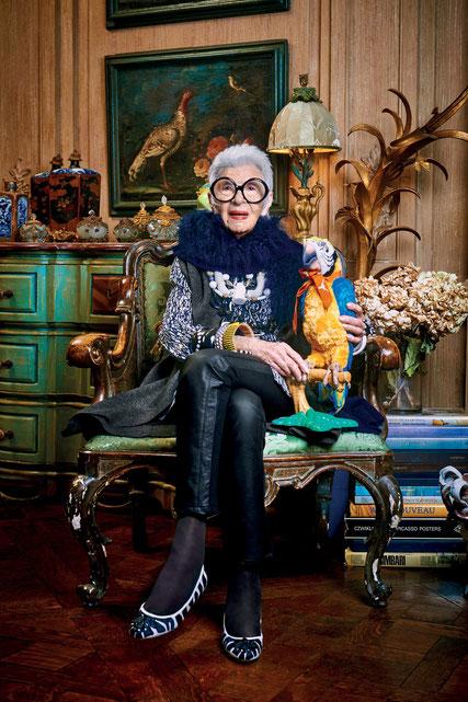 Iris Apfel con statua di pappagallo