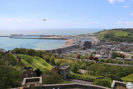 Blick von Dover Castle auf den Hafen