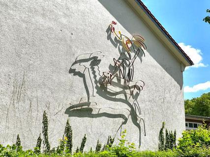 Die Bremer Stadtmusikanten - Drahtrelief von Hans-Jürgen Bartsch aus dem Jahr 1951, installiert an der Oberschule Habenhausen als Kunstobjekt im öffentlichen Raum (Foto: 05-2020, Jens Schmidt)