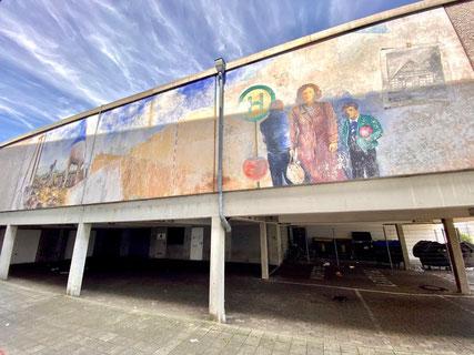 """Großflächiges Wandbild """"Obervielander Vergangenheit und Gegenwart"""" - Kunst im öffentlichen Raum von 1983, damals am Einkaufszentrum Arsterfeld. Das Werk ist auch heute noch zu sehen. (Foto: 06-2020, Jens Schmidt)"""