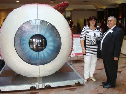 Geschäftsführer des Blinden-und-Sehbehinderten-Verband Brandenburg e.V., Joachim Haar, Heike Woucznack, begehbares Auge