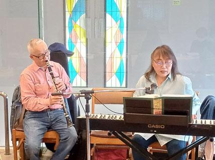 歌声サロンの様子 ピアノ・小川一美さん ギター・坂庭寛悟さん
