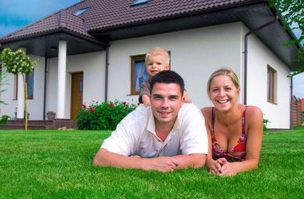 Ein schöner Rasen bereitet der ganzen Familie Freude. Sorgenfrei im Gras spielen auf strapazierfähigen Rasensorten z.B. WM-Rasenmischung