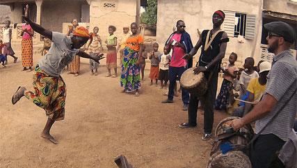 Lukas Zimmerli als Sangbanfola bei einem Fest in Soronkolé (Gberedu)
