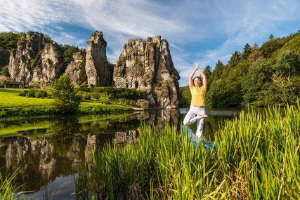 Yoga an den Externsteinen © Teutoburger Wald Tourismus Fotograf: D. Ketz