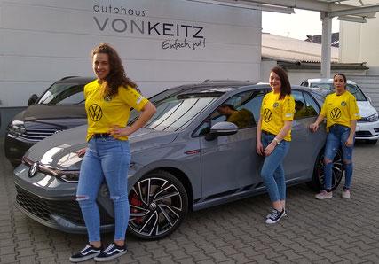 Miriam, Laura und Lina präsentieren das neue EFF-ZEH Trikot, gesponsert vom Autohaus von Keitz