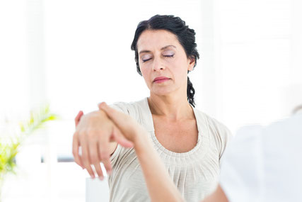 Frau wird hypnotisiert von einem Hypnotiseur in München