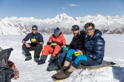 Sandro Halter mit seinen Freunden mit Porridge