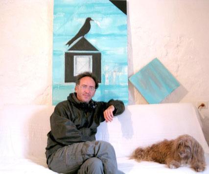 Fernando Barrionuevo en su estudio con su perra Lola