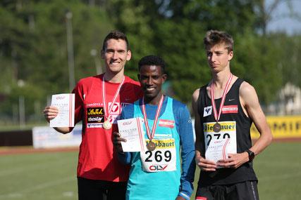 Andi Vojta, Lemawork Ketema und Timon Theuer bei der Siegerehrung mit den Medaillen