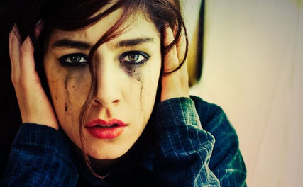 http://weloversize.com/wp-content/uploads/2015/10/mujer-llorando-con-los-oidos-tapados.jpg