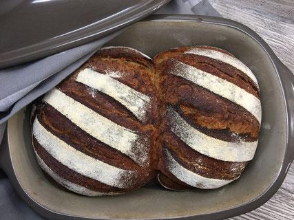 Frisch gebackenes Brot aus dem Ofenmeister, einer Stoneware Backform