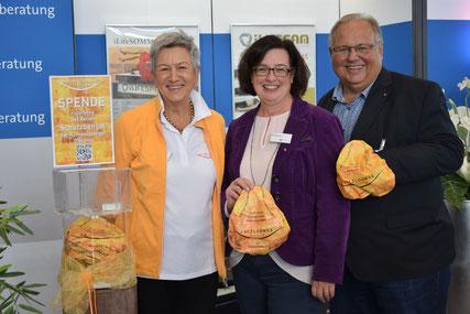 Anette Dannhorn (Salzlounge Nürnberg), Eva Neubert (Rummelsberger Fundraising) und Olaf Forkel (Fachlicher Leiter der Rummelsberger Dienste für junge Menschen) freuen sich über das gemeinsame Projekt. (Foto: Mühlendyck)