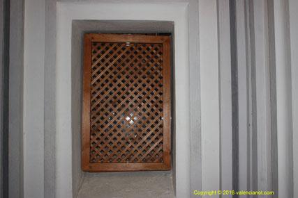 Celosía o rejilla de madera de la cripta del Monasterio de los jerónimos de San Miguel de los Reyes en València.