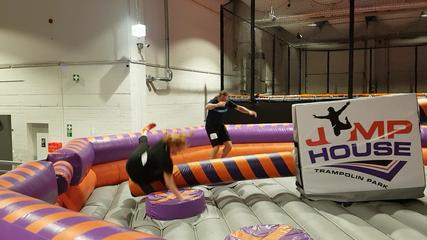 Survival-Jump im Jump House: Von kleinen Trampolinen abspringen um dem rotierenden Balken auszuweichen