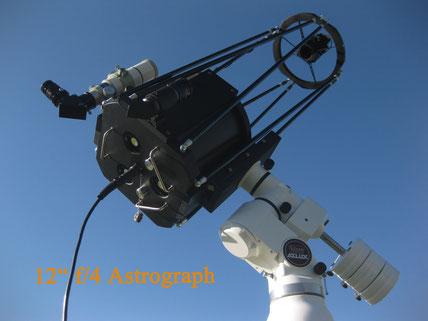 Astrograph mit einer Spiegelreflexkamera im Primärfokus
