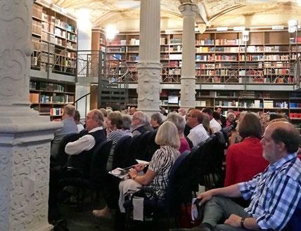 Die Bibliothek des Bischöflichen Priesterseminars dient als Spielstätte. Bilder der Künstler waren nicht erlaubt. FOTO: Dirk Tenbrock