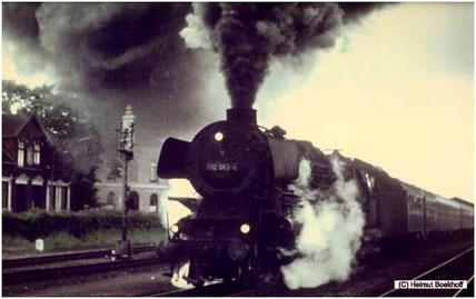 012 063-3 bei ihrer letzten Planleistung am Abend des 31. Mai 1975 unter Volldampf mit dem Eilzug 3265 im Bahnhof Leer. (C) Foto: Helmut Boekhoff