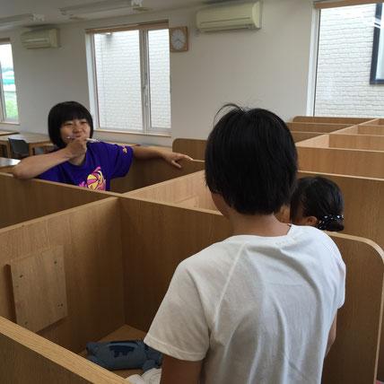 テスト開始10分前。なにやら学校のことで打ち合わせ?最近の中学生は忙しい様子。しかし、今はテストに集中集中。