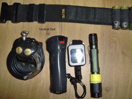 Zusätzliche Ausrüstung die ich zum Jagdschutz in den Gürtel einschlaufen kann, sollte es die Lage erfordern: ASP-Handfesseln, TW1000 Pfefferspray und Taschenlampe.