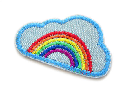 Bild: hellblauer Jeansflicken zum aufbügeln mit einem bunten Regenbogen in einer Wolke, Patch zum Flicken und Reparieren von Hosenlöchern in kaputten Hosen