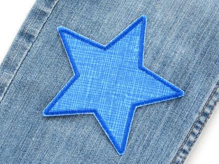 !B: blauer Stern als Bügelflicken auf kaputte Jeanshose gebügelt, schnell und einfach mit Flicken Kinderhosen reparieren