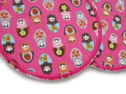 !B: runder Bügelflicken in pink mit vielen kleinen bunten Matroschka Puppen