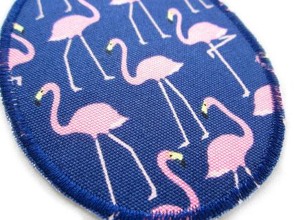 Bild: Bügelflicken für Mädchen mit Flamingos, Flicken zum aufbügeln mit rosa Flamingo auf dunkelblau