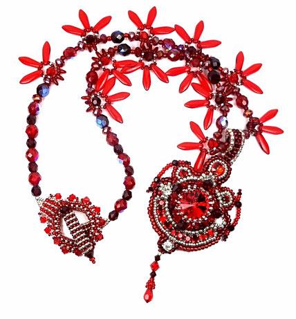 photo-collier-entier-pendentif-brode-baroque-createur-rouge-argente-cristal-verre-fond-blanc