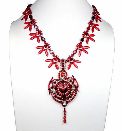 photo-collier-pendentif-brode-createur-baroque-rouge-argente-presente-sur-buste-blanc
