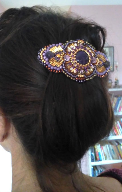 photo-tête-cheveux-bruns-cliente-barrette-brodee-prune-or-coiffure-chignon-