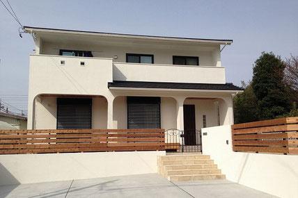 木と漆喰とガラスタイルの家